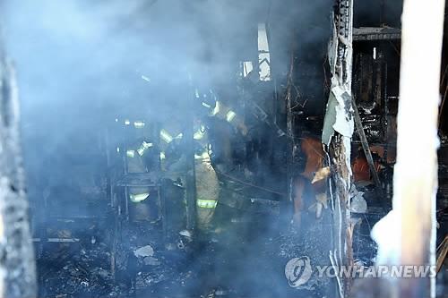 1月26日上午,在密阳市世宗医院,消防队员正在调查火灾原因。(韩联社/庆尚南道政府提供)