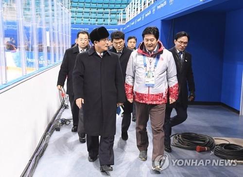 资料图片:1月25日,在江陵关东曲棍球中心,朝鲜体育省副局长尹勇福带队踩点。(韩联社/政府联合志愿团提供)