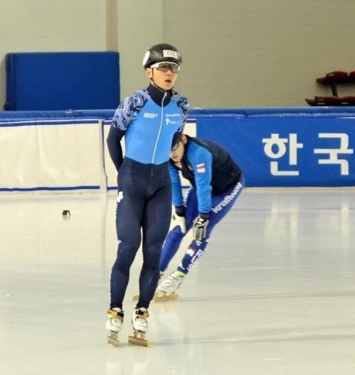 资料图片:12月6日,在首尔市韩国体育大学滑冰场,维克多·安在接受韩媒采访后进场与俄罗斯队友一起训练。(韩联社)