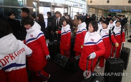 资料图片:1月25日,进入入境事务所的朝鲜女子冰球队队员(韩联社)