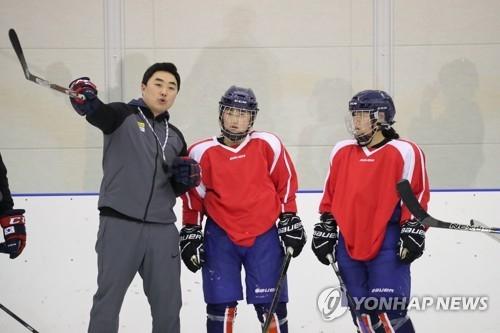 听取韩方教练指导的朝鲜冰球选手(韩联社)