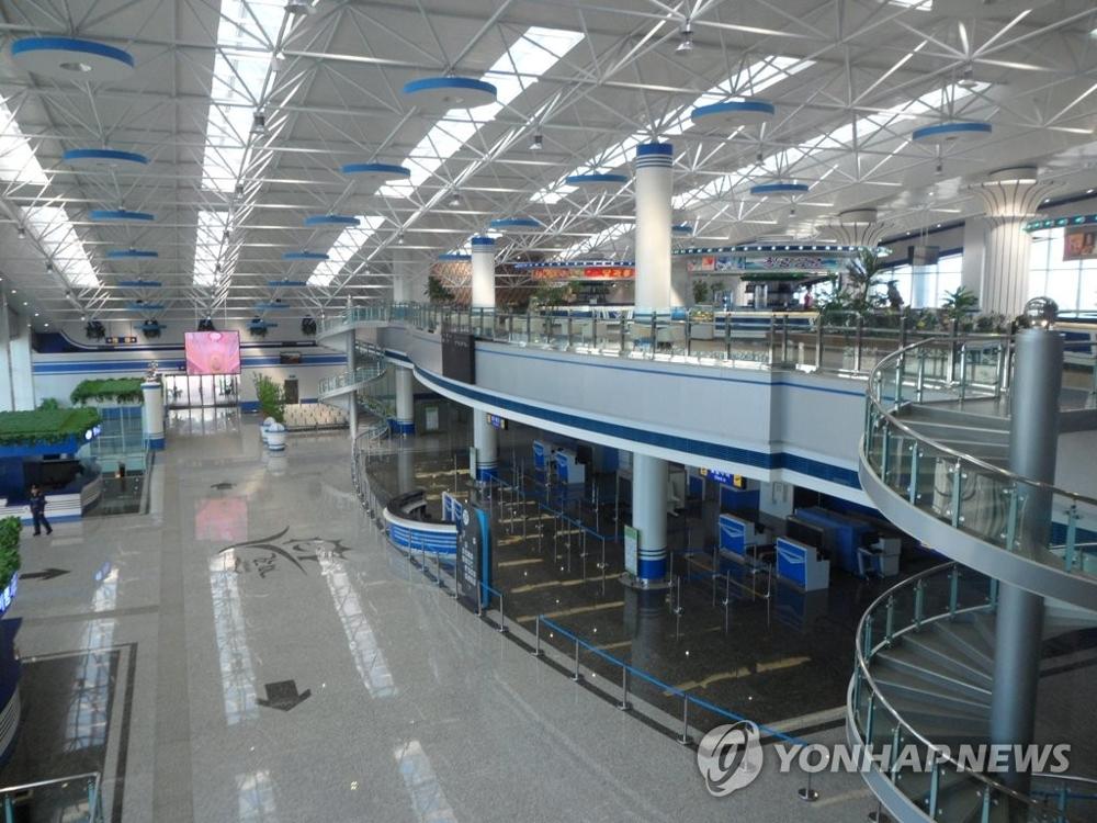 资料图片:朝鲜元山葛麻机场内部(韩联社/统一部提供)
