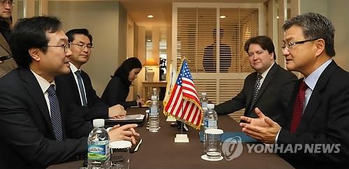 资料图片:11月17日上午,在济州道西归浦市新罗酒店,李度勋(左)与约瑟夫·尹讨论朝核问题。(韩联社)