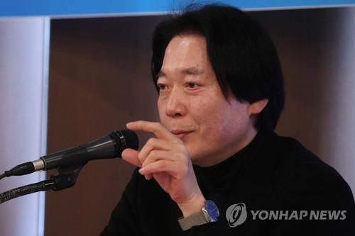 1月30日,韩国交响乐团艺术总监郑致溶在记者会上回答记者提问。(韩联社)