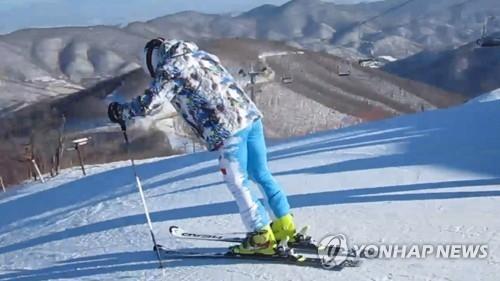 1月24日,在马息岭滑雪场,韩方先遣队员为韩朝滑雪合训踩点。(韩联社)