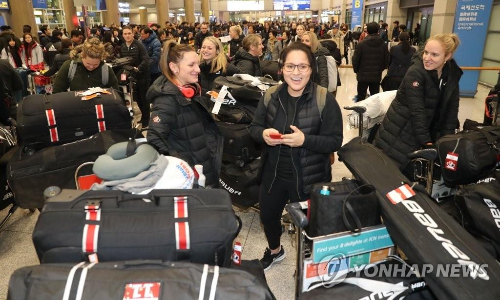 资料图片:1月25日,在仁川国际机场,参加平昌冬奥会的加拿大女子冰球代表队抵韩。(韩联社)