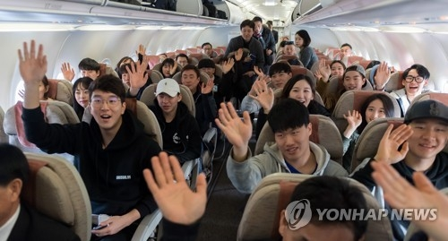 1月31日,在襄阳机场,登上韩朝直航包机的韩国滑雪运动员们整装待发。(韩联社/韩媒联合采访团)