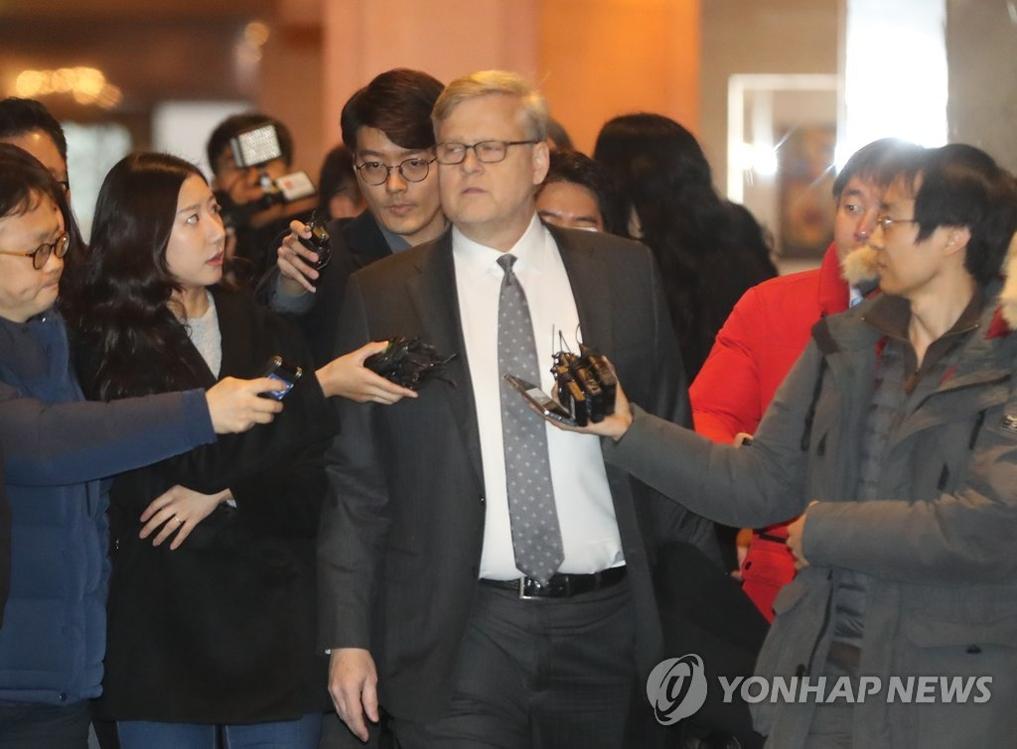 1月31日,美国贸易代表办公室(USTR)副贸易代表迈克尔·毕曼(中)走向会场。(韩联社)