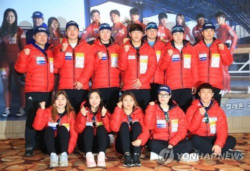 1月31日,在平昌龙坪度假村,韩国雪车和钢架雪车代表队选手们在媒体日活动上合影。(韩联社)