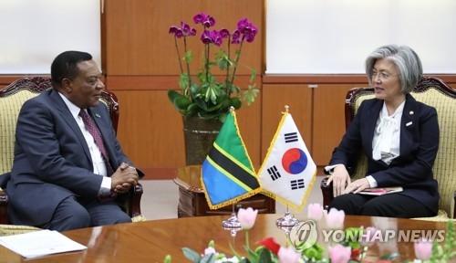 1月31日上午,在外交部大楼,韩国外长康京和(右)与坦桑尼亚外长马希加举行会谈。(韩联社)