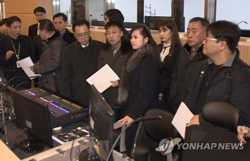 资料图片:1月21日,朝鲜三池渊管弦乐团团长玄松月(右四)率队查看江陵艺术中心的演出设施。(韩联社)