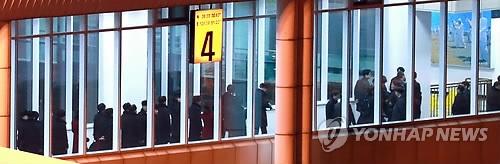 2月1日下午,在襄阳国际机场,朝鲜体育代表团下机。(韩联社)
