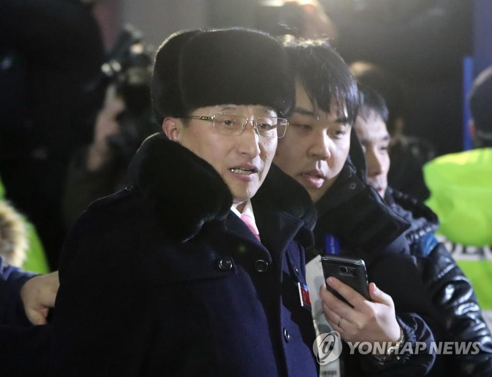 资料图片:2月1日,在韩国襄阳机场,率体育代表团抵韩的朝鲜体育省副相元吉友接受记者提问。(韩联社)