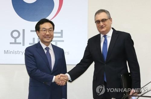 资料图片:朝核六方会谈韩方团长李度勋(左)和俄方团长莫尔古洛夫(韩联社)