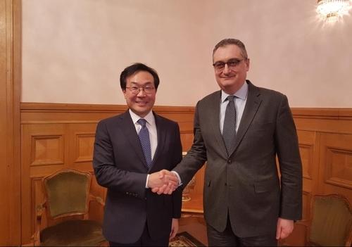 当地时间2月1日,在莫斯科,朝核六方会谈韩方团长、韩半岛和平交涉本部长李度勋(左)同俄方团长、副外长莫尔古洛夫举行会晤。(韩联社/韩国外交部提供)