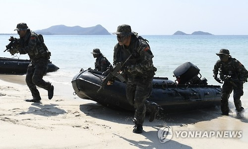 """资料图片:韩国海军陆战队参加2017""""金色眼镜蛇""""登陆作战演习的演练现场。(韩联社)"""