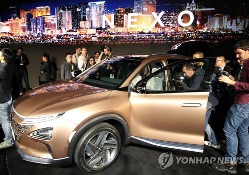 """资料图片:当地时间1月8日,在美国拉斯维加斯,现代旗下全新燃料电池车型""""NEXO""""首次亮相引大批记者围观。(韩联社)"""