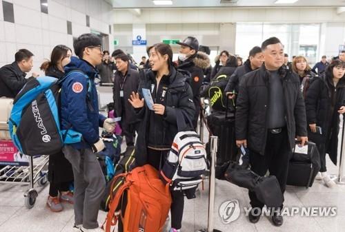 资料图片:1月31日,在江原道襄阳国际机场,韩国高山滑雪国家队后备军准备乘坐包机飞往朝鲜元山。(韩联社/联合采访团)