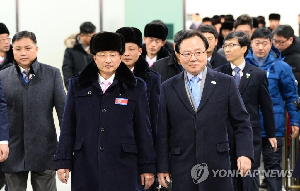 资料图片:2月1日,朝鲜体育省副相元吉友(左二)率朝鲜平昌冬奥体育代表团通过襄阳国际机场入境。(韩联社)