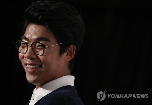2月2日上午,在首尔悦榕庄度假酒店,郑泫接受媒体采访。(韩联社)