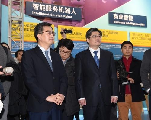 2月2日,韩国经济副总理兼企划财政部长官金东兖(左一)访问北京高新技术产业开发区中关村科技园。(韩联社/企划财政部提供)