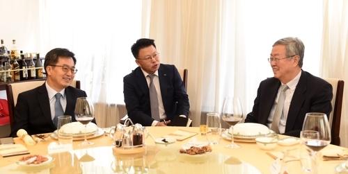 韩国经济副总理兼企划财政部长官金东兖(左)与中国央行行长周小川共进午餐。(韩联社/企划财政部提供)
