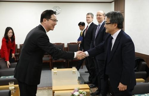 2月2日,在韩国政府办公楼,千海成(左)与约瑟夫·尹握手。(韩联社/韩国统一部提供)