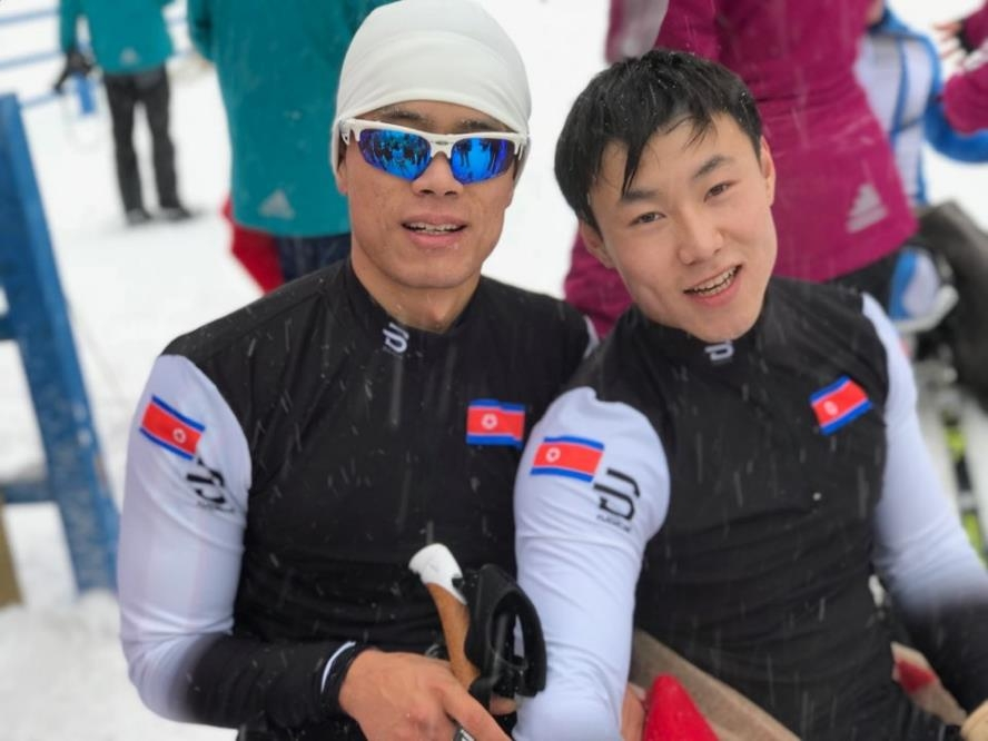 预计参加2018平昌冬季残奥会的朝鲜残疾人越野滑雪运动员马有喆(左)和金正炫(均为音译)在德国2017-2018赛季世界残奥北欧滑雪世界杯比赛上合影留念。(韩联社/金斯勒基金会代表申英顺提供)