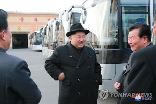 资料图片:朝鲜党报《劳动新闻》2月1日报道了金正恩(中)视察平壤无轨电车厂的消息。图片仅限韩国内部使用,严禁转载复制。(韩联社)