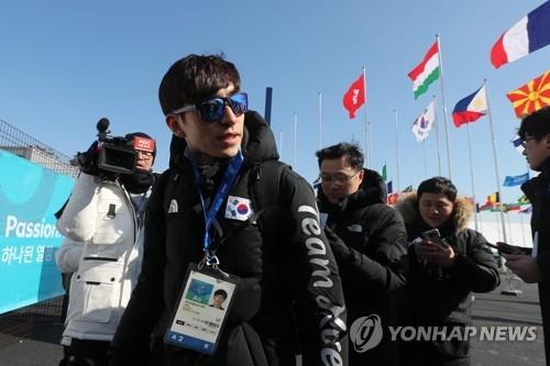 2月4日,在江陵运动员村,韩国速滑名将李承勋(左二)答记者问。(韩联社)