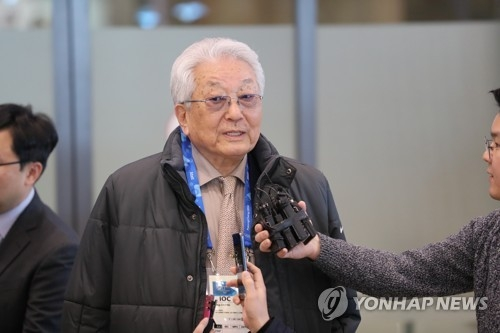 2月4日,在仁川国际机场,朝鲜籍国际奥委会委员张雄接受记者采访。(韩联社)
