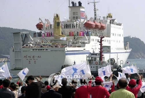 """资料图片:图为""""万景峰92""""号邮轮,摄于2002年。(韩联社)"""