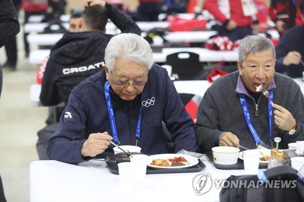 2月5日,在平昌运动员村,张雄(左)在参观活动结束后用餐。(韩联社)