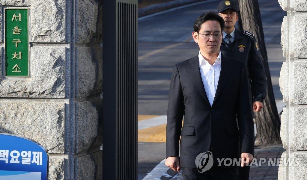 2月5日,在京畿道义王市的首尔拘留所,三星电子副会长李在镕在二审判决被判处有期徒刑2年6个月、缓刑4年。图为李在镕被捕353天后获释,表情平淡地走出拘留所。(韩联社)