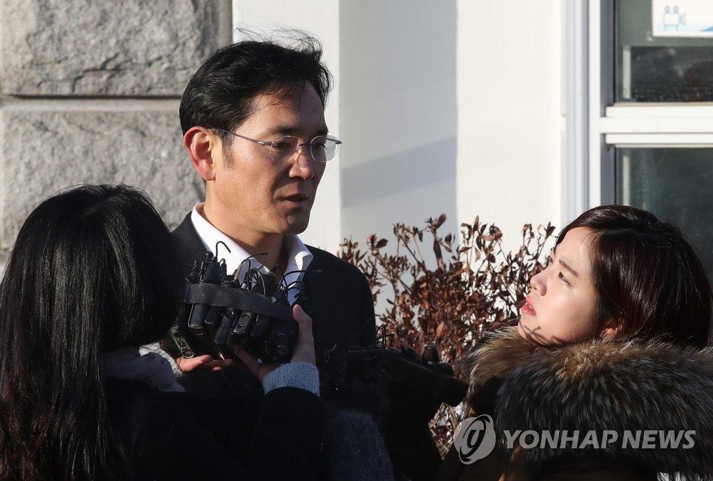 2月5日,在京畿道义王市的首尔看守所,三星电子副会长李在镕走出看守所后接受记者采访。(韩联社)