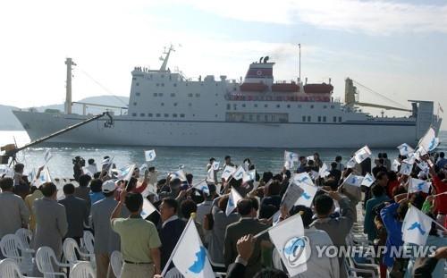 """资料图片:2002年釜山亚运会当时朝鲜拉拉队乘坐的""""万景峰""""号邮轮(韩联社)"""