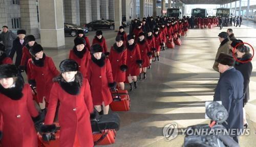 朝中社2月6日报道称,朝鲜平昌冬奥艺术团当天从平壤出发赴韩。金正恩胞妹金与正(红圈)前来送行。图片仅限韩国内部使用,严禁转载复制。(韩联社/朝中社)