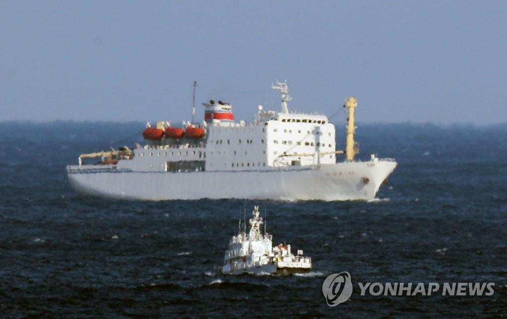"""2月6日,""""万景峰92""""正在驶入墨湖港。(韩联社)"""