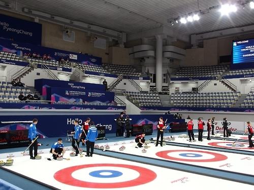 资料图片:2017世界青年冰壶锦标赛的参赛选手们在江原道江陵市冰壶中心进行适应训练。(韩联社)