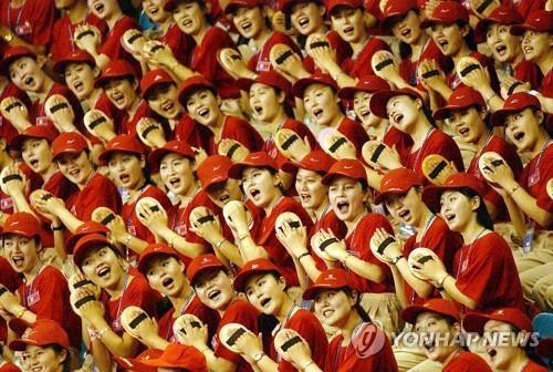资料图片:2003年亮相大邱大运会的朝鲜拉拉队(韩联社)