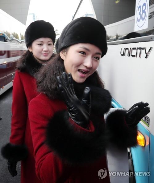 2月7日上午,在京畿道坡州市都罗山南北出入境事务所(CIQ),朝鲜体育相金日国等朝鲜奥委会(NOC)相关人士、拉拉队、跆拳道示范团、记者团入境韩国后搭乘巴士。(韩联社/联合摄影采访团)
