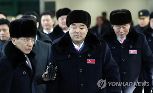 2月7日上午,朝鲜体育相金日国一行通过位于京畿道坡州的韩方出入境事务所(CIQ)访韩。(韩联社/联合采访团)
