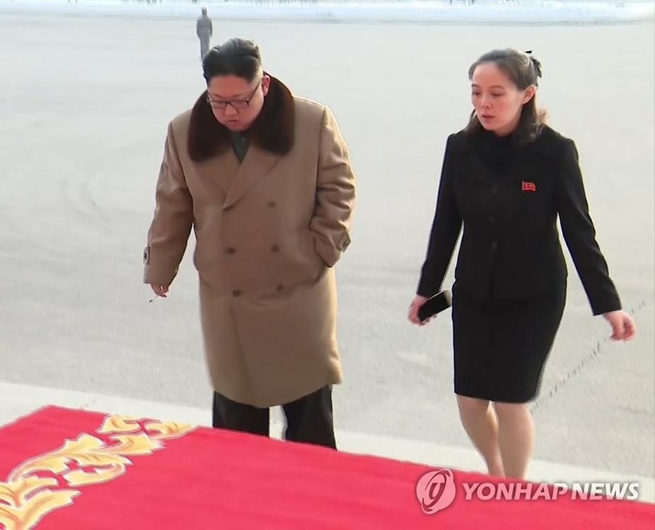 资料图片:图为朝鲜劳动党委员长金正恩(左)与胞妹、劳动党中央委员会第一副部长金与正。图片仅限韩国内部使用,严禁转载复制。(韩联社/朝中社)