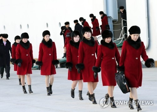 2月7日上午,在江原道墨湖港,朝鲜艺术团下船后步行前往乘坐大巴。(韩联社)