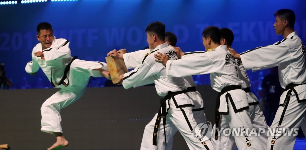 资料图片:朝鲜跆拳道示范团表演(韩联社)