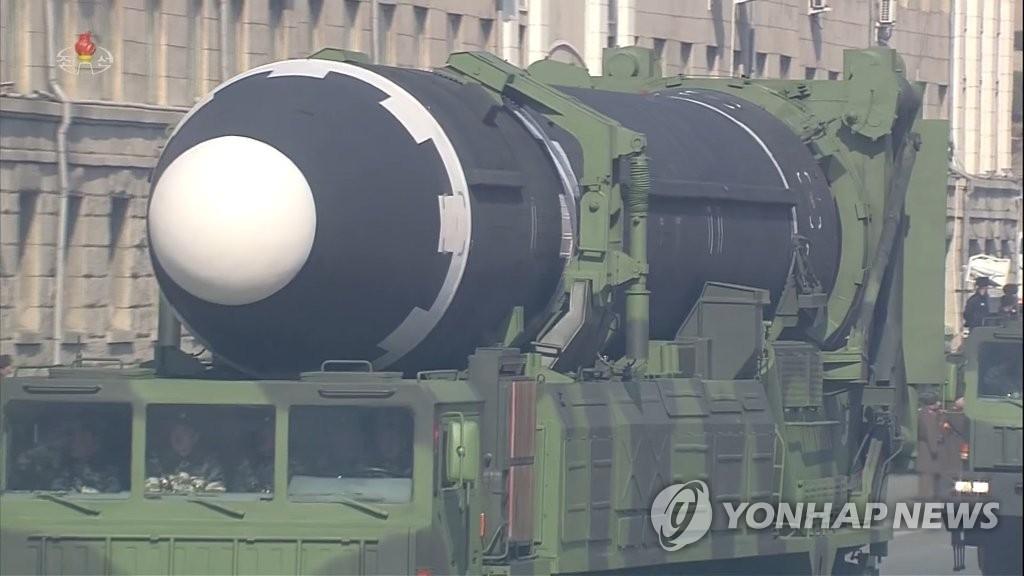 """朝鲜中央电视台2月8下午转播的朝鲜建军70周年阅兵式实况中,装载""""火星-15""""型洲际弹道导弹的移动式导弹发射车登场。图片仅限韩国国内使用,严禁转载复制。(韩联社/朝中社)"""
