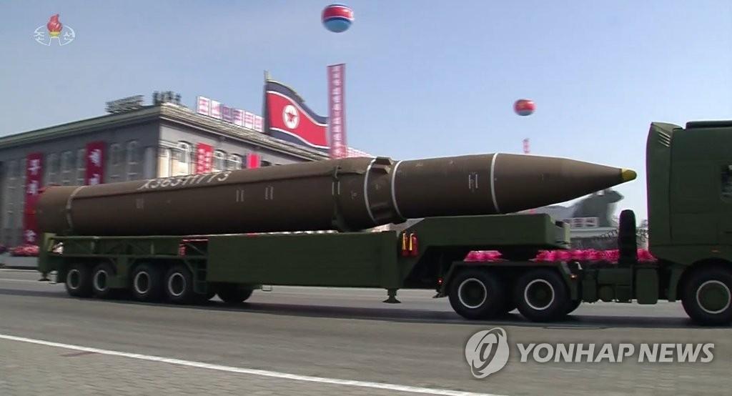 """朝鲜中央电视台2月8下午转播的朝鲜建军70周年阅兵式实况中,装载""""火星-14""""型洲际弹道导弹的移动式导弹发射车登场。图片仅限韩国国内使用,严禁转载复制。(韩联社/朝中社)"""