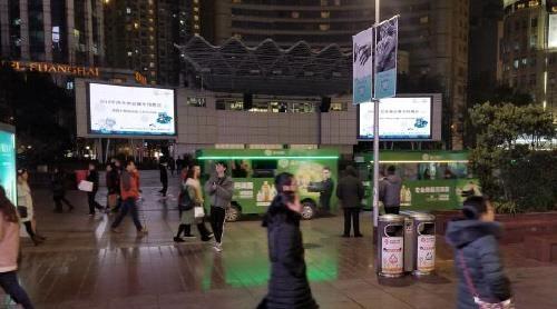2月8日晚,冬奥宣传视频亮相上海南京路世纪广场。(韩联社)