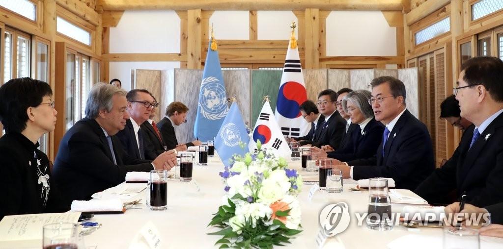 2月9日,在江原道江陵吉马凯酒店,韩国总统文在寅(右二)同联合国秘书长安东尼奥·古特雷斯(左二)举行午餐会谈。(韩联社)