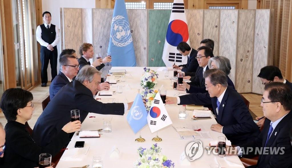 2月9日,在江原道江陵吉马凯酒店,韩国总统文在寅(右二)同联合国秘书长安东尼奥·古特雷斯(左二)在午餐会谈上碰杯致意。(韩联社)